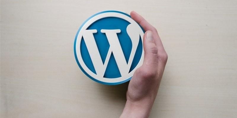 wordpress icon being held in hand, start a wordpress blog